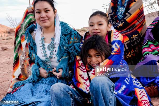 記念碑の谷、アリゾナ州のネイティブ アメリカンのナバホ族子供のグループ - ナバホ文化 ストックフォトと画像
