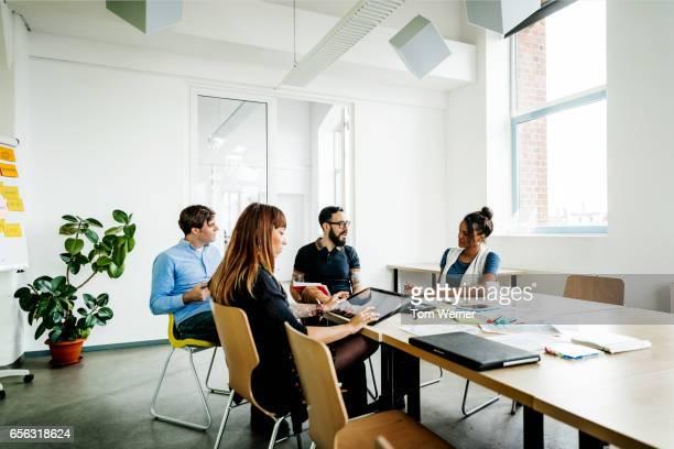group of new business people having a meeting in modern office - lässig schicker stil stock-fotos und bilder