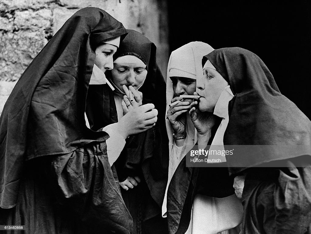 Nuns Lighting Cigarettes : Foto jornalística