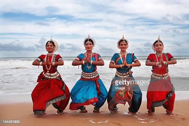 group of odissi dancers - odisha - fotografias e filmes do acervo