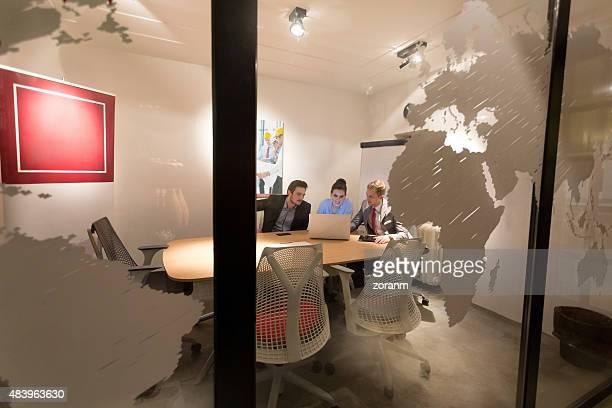Gruppe von Büro Arbeitnehmer bei der Arbeit