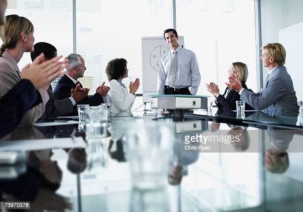 Groupe d'employés de bureau dans une présentation en salle de conseil