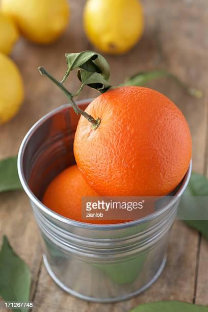 グループのオレンジの錫。