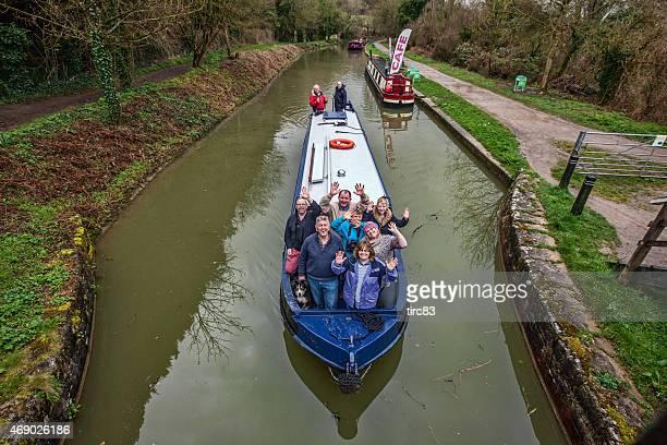 人々の集まりに乗って運河バージ休暇 - 乗り物に乗って ストックフォトと画像