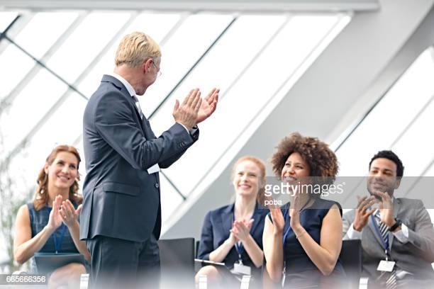 grupo de pessoas aplaudindo após discurso durante conferência - entrega de prêmios - fotografias e filmes do acervo
