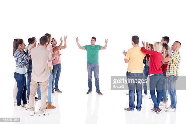 Groupe de gens applaudir à une intervention.
