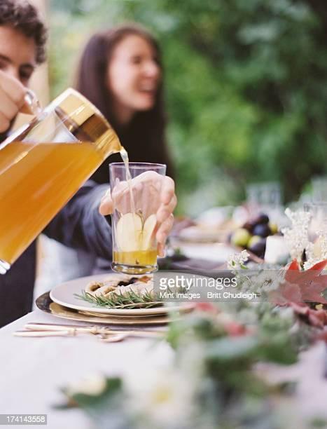 Eine Gruppe von Menschen, um einen Tisch in einem Garten. Eine celebration