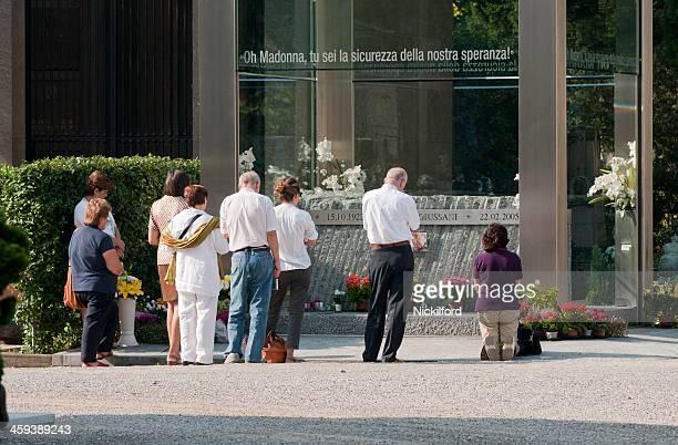 Grupo de pessoas no Cimitero Monumentale Rezar