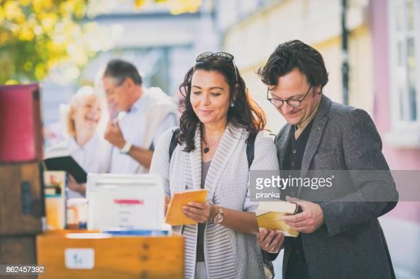 Gruppe von Menschen auf dem Flohmarkt
