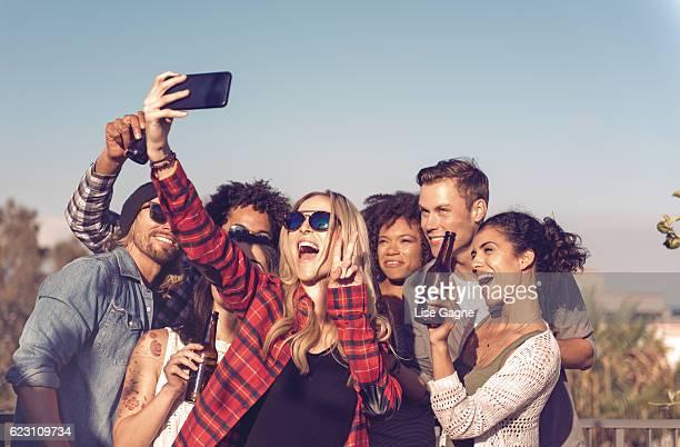 Groupe de personnes en train de célébrer