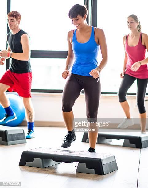 Grupo de pessoas fazendo Aeróbica no ginásio