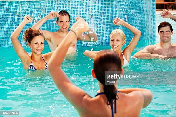 Groupe de personnes d'exercice d'aérobic dans la piscine