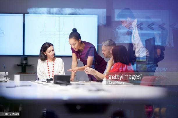 group of people having business meeting - beslissingen stockfoto's en -beelden
