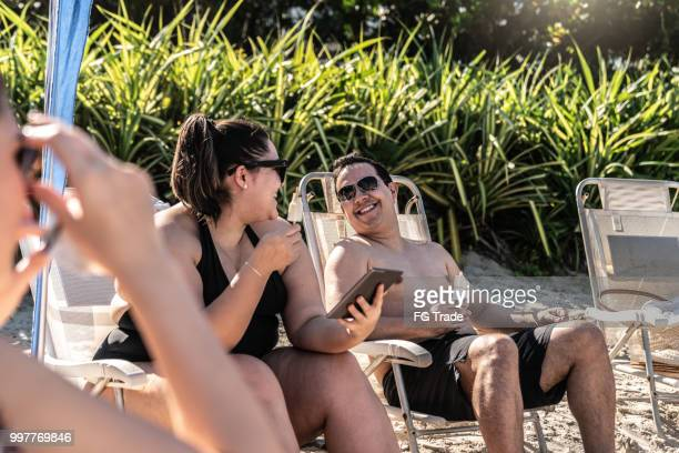 gruppe von menschen, die spaß am strand sommertag in brasilien - dicke frauen am strand stock-fotos und bilder