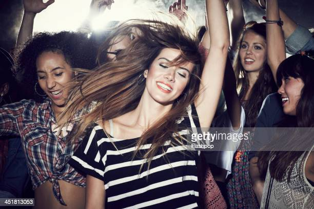 group of people having fun at music concert - vida noturna - fotografias e filmes do acervo