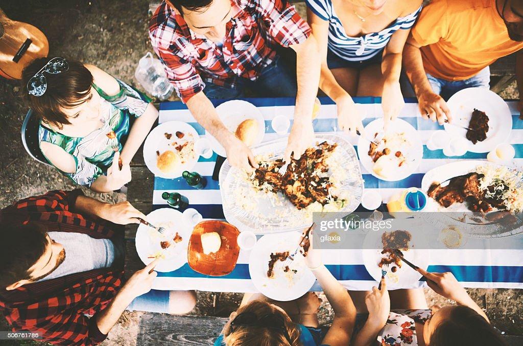 Groupe de personnes ayant un déjeuner en plein air. : Photo