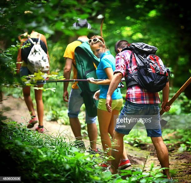 Gruppe von Menschen Wandern im Wald.