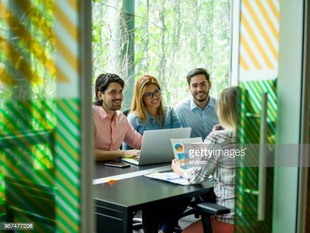 Gruppe von Menschen in einem Business-Meeting im Coworking-space
