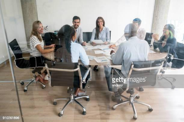 Groupe de personnes à une réunion d'affaires au bureau