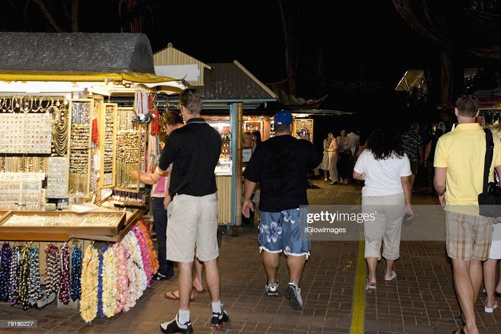 Group of people in a market, Waikiki Beach, Honolulu, Oahu, Hawaii Islands, USA : Foto de stock