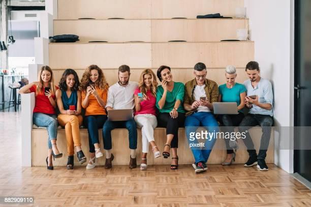 grupo de pessoas em um conceito de rede social - grupo médio de pessoas - fotografias e filmes do acervo