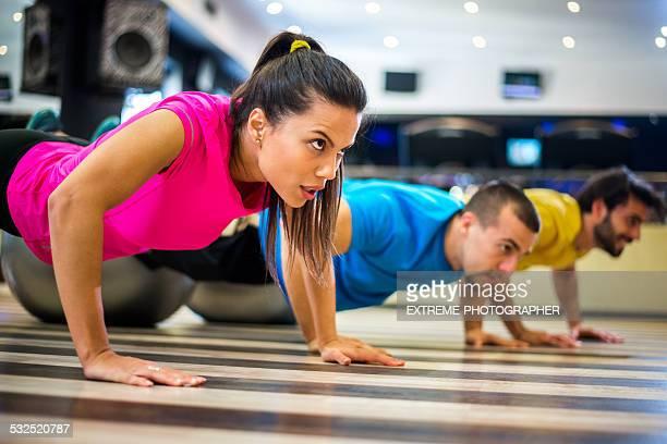 Grupo de Pessoas na aula de aeróbica no ginásio