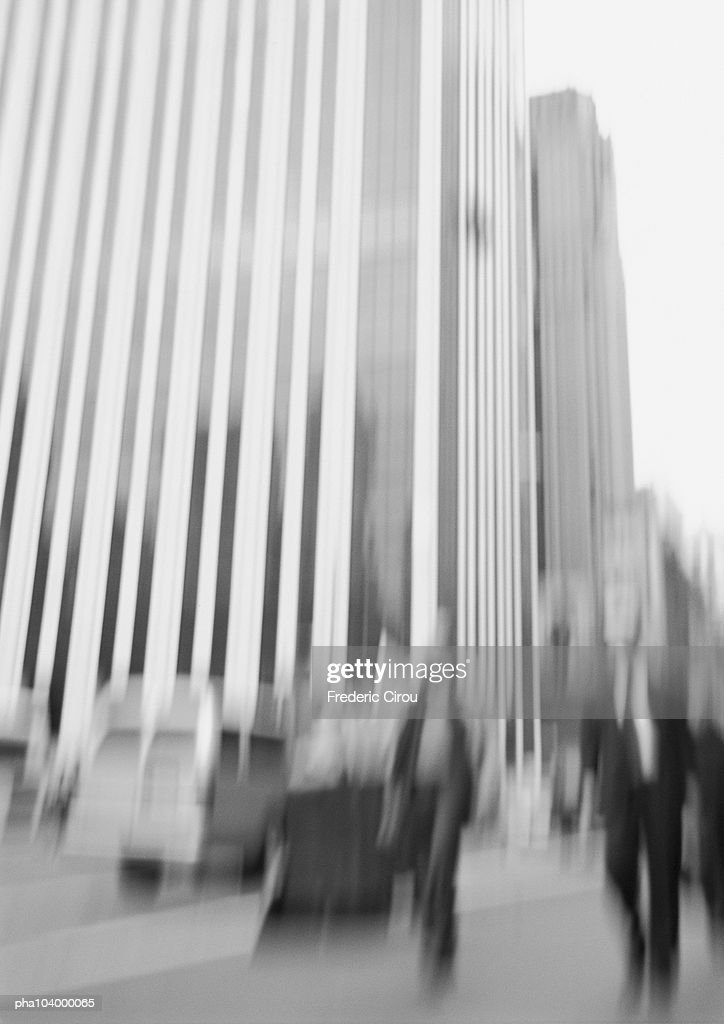 Group of people in front of buildings, blurred, b&w : Stockfoto