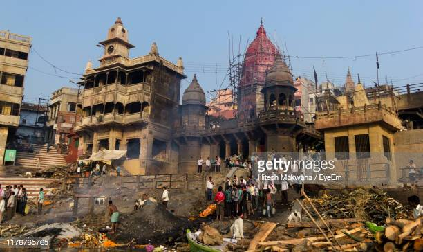 group of people in front of historic building - manikarnika ghat stock pictures, royalty-free photos & images