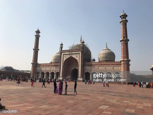 group of people in front of historical building - jama masjid delhi stock pictures, royalty-free photos & images