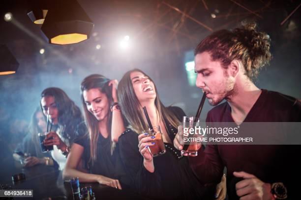 Gruppe von Personen in der bar