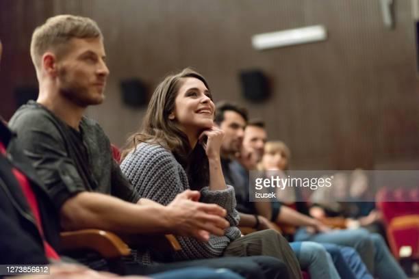 映画館の人々のグループ - performance group ストックフォトと画像