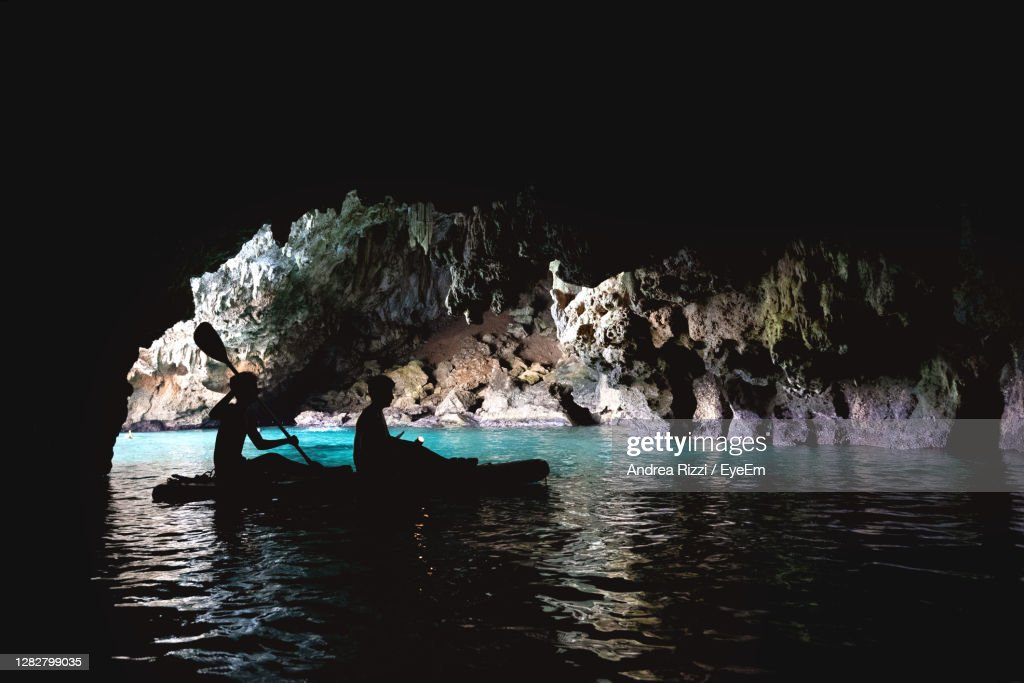 Group Of People Inside A Cave In The Sea : Foto stock