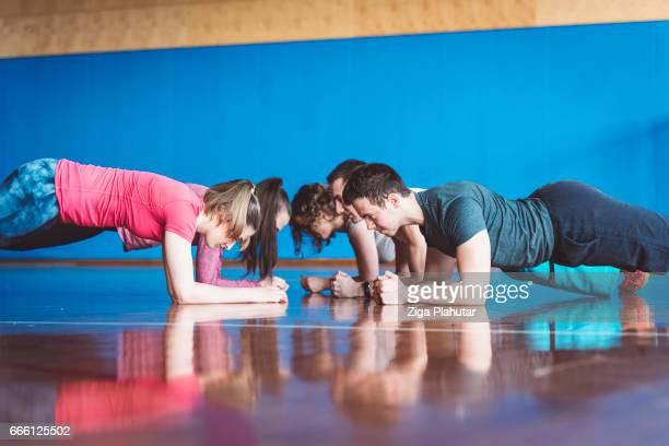 Un groupe de personnes organise pose planche