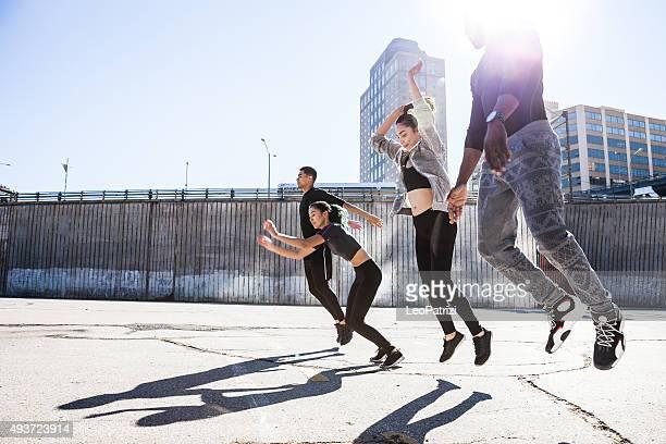 Groupe des gens de sauter dans le quartier de DUMBO, à New York