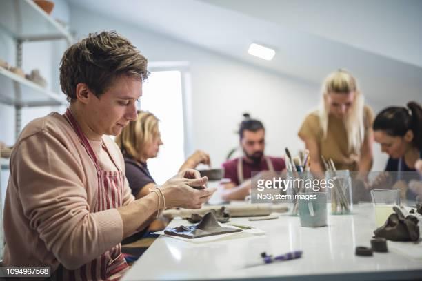 groep mensen leren van keramische kunst - handwerkprodukten stockfoto's en -beelden