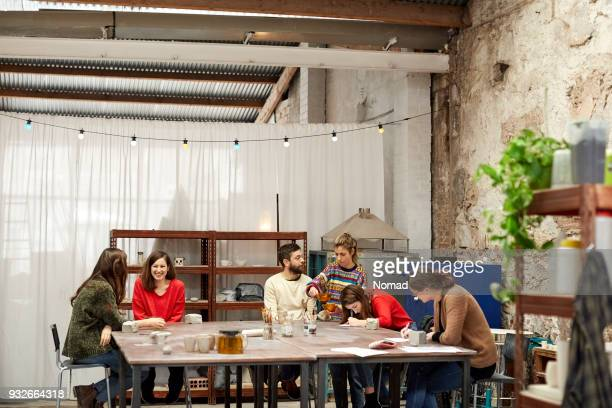 Grupo de personas aprendiendo alfarería en clase