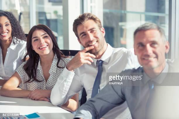 Gruppe von Personen, die einen Vortrag anhören.