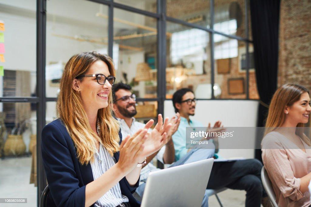 Gruppo di persone che ascoltano un discorso di presentazione. : Foto stock