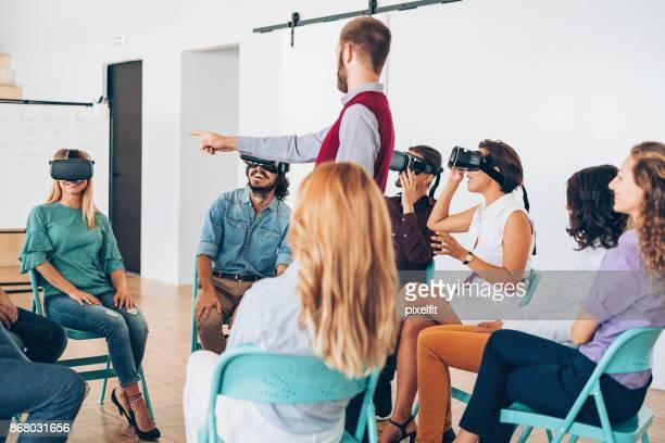Gruppe von Menschen auf eine virtual-Reality-demonstration