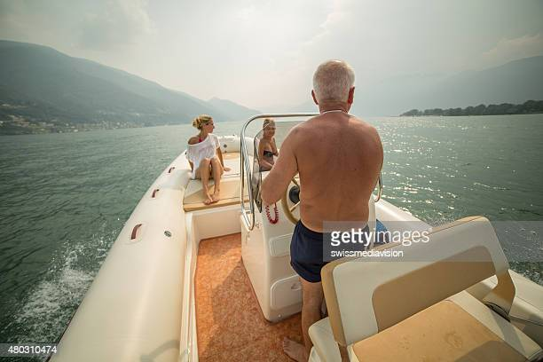 Gruppe von Menschen auf einem Boot Genießen Sie Sommerurlaub