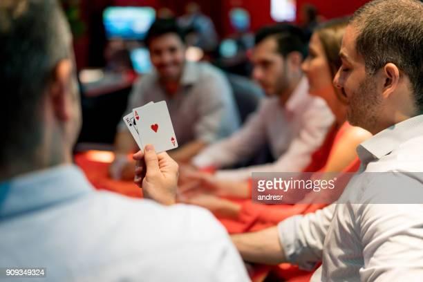 grupo de pessoas jogando blackjack no casino - poker - fotografias e filmes do acervo