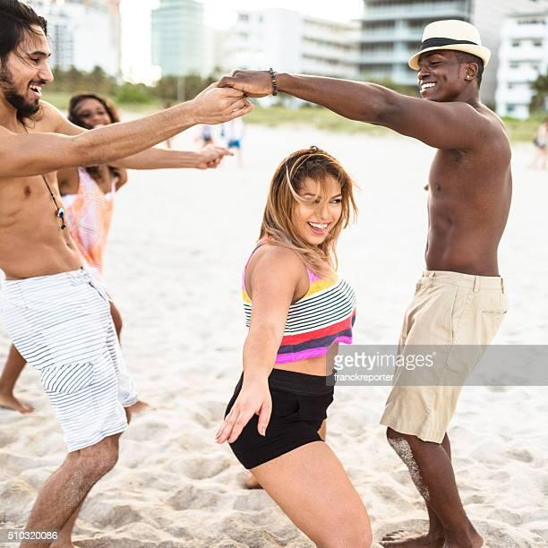Gruppo di persone che giocano sulla spiaggia di Limbo