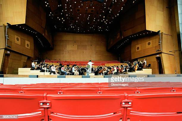 group of people playing music, jay pritzker pavilion, chicago, illinois, usa - オーケストラ ストックフォトと画像