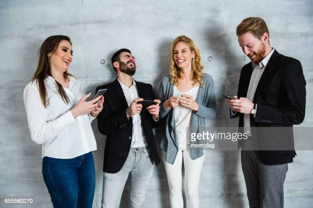 Grupp människor som surfar på nätet