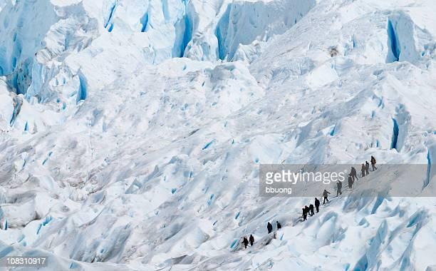 Gruppe von Menschen Wandern auf der Perito Moreno Gletschers (Patagonien, Argentinien