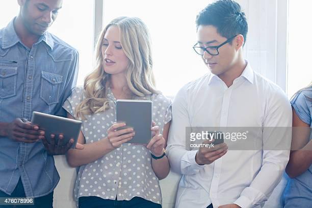 Gruppe von Menschen, die mit mobilen Geräten