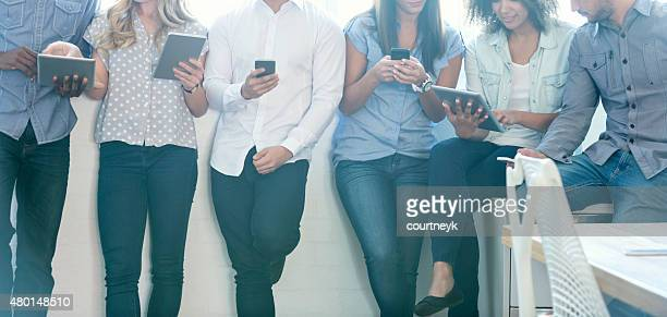 group of people using mobile devices - middelgrote groep mensen stockfoto's en -beelden