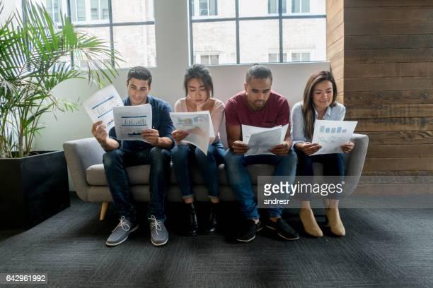 Groupe de personnes en attente d'une entrevue au bureau