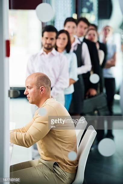 Groupe de personnes dans la file d'attente