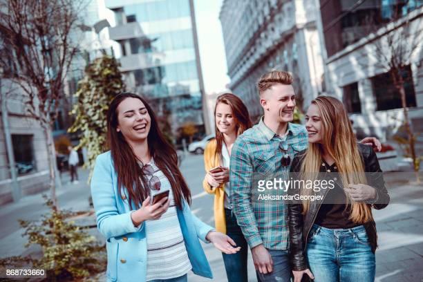 Gruppe von Menschen auf der Straße und lachen